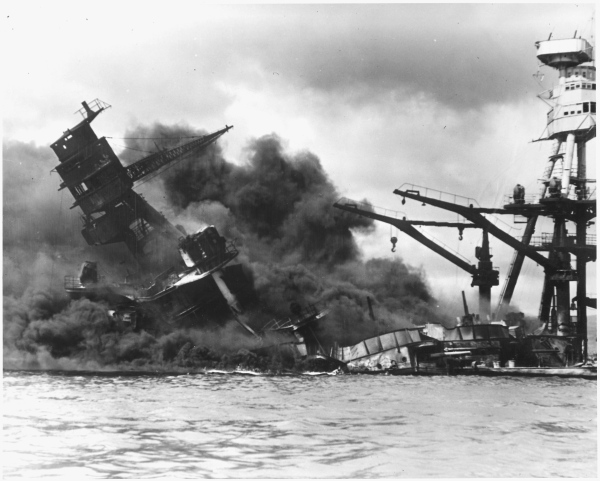 USS_Arizona_sinking