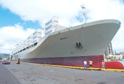 480901_0.tif. MANUKAI 066>>AP4 BSA/Oct 7, 2003/BRUCE ASATO PHOTOStevedores handling the bow lines are dwarfed by the huge M/V Manukai, the newest container vessel in the Matson fleet. BIZ--KELLY STORY